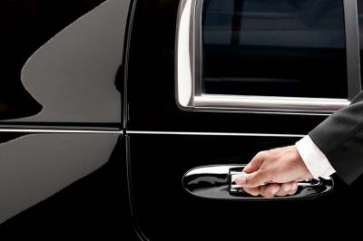 4 Compelling Reasons Why You Should Take a Limo to the Airport